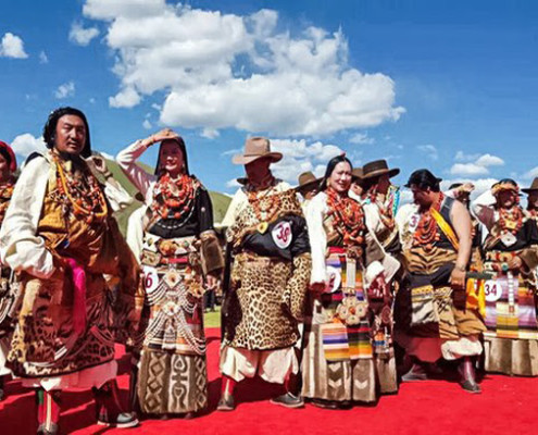 New images show some local Tibetans with animal furs, standing on a huge red carpet during a Chinese official event in Driru County, eastern Tibet. Poto: TPI