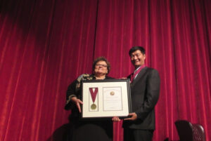 Dr. Janet Dudley-Eshbach,President of the University, presenting the Presidential Medal to Sikyong Dr. Lobsang Sangay, 13 October 2015.