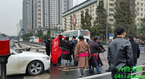 Tibetans petition in southwest China's Chengdu for the return of land seized by local government, Jan. 28, 2015.   64TianWang